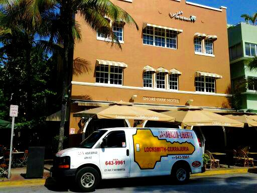 Locksmith Miami service truck parked